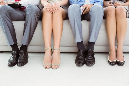 file d attente: Faible section de gens d'affaires en attente pour l'entrevue d'emploi Banque d'images