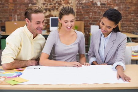 designers interior: Interior designer guardando il progetto e parlando