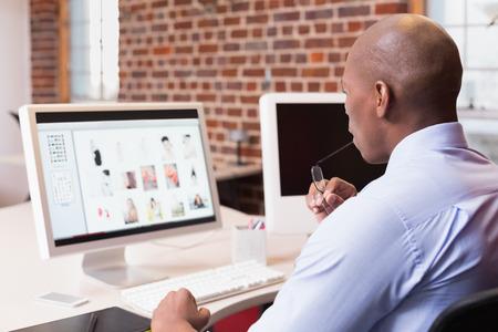 사무실에서 컴퓨터 모니터를보고 젊은 사업가 스톡 콘텐츠