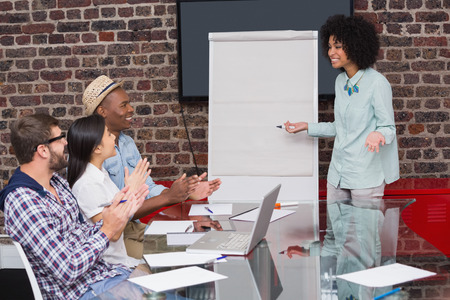 manos aplaudiendo: Personas jovenes del asunto que aplauden las manos en reuni�n en la oficina