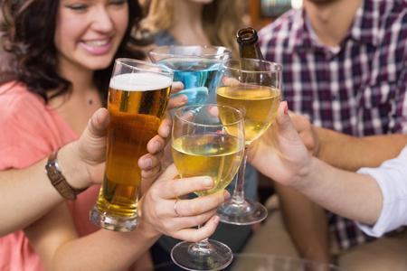 alcool: Jeunes amis ayant un verre ensemble au bar