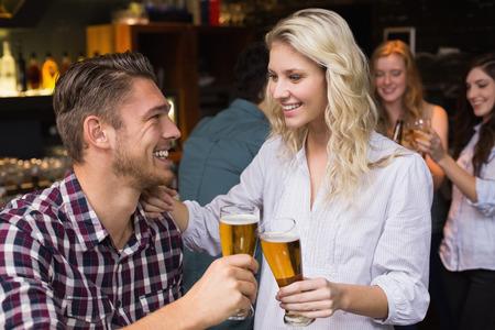 jovenes tomando alcohol: Pareja joven con una copa juntos en el bar