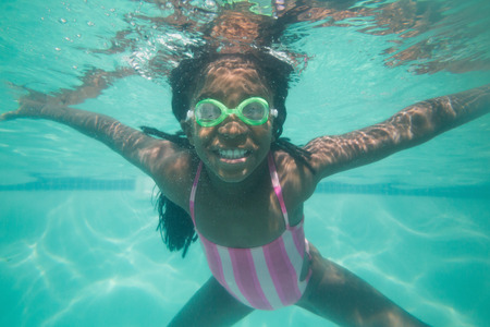 ni�os sanos: Ni�o lindo posando bajo el agua en la piscina en el centro de ocio