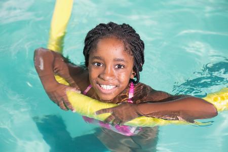 natacion: Ni�a linda que nadar en la piscina del centro de ocio