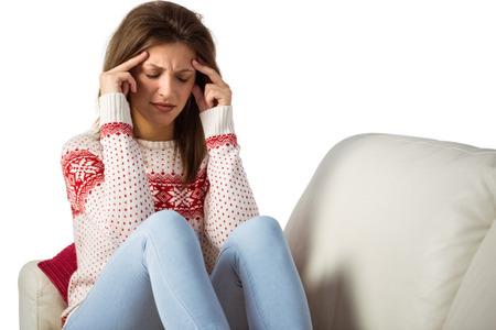 dolor de cabeza: Mujer joven con un dolor de cabeza frotando su cabeza en su casa en la sala de estar