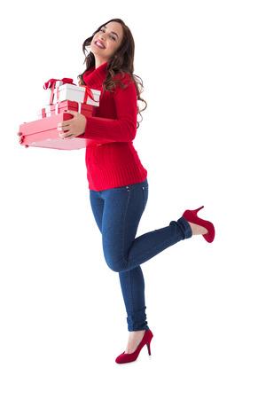 ropa de invierno: Brunette feliz en ropa de invierno celebraci�n presenta en el fondo blanco