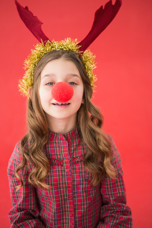 nariz roja: Ni�a festiva que desgasta la nariz roja sobre fondo rojo