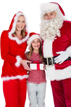 mrs: Santa y se�ora Claus sonriendo a la c�mara con la ni�a en el fondo blanco