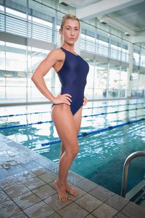 Porträt eines fit Schwimmerin am Pool im Freizeitzentrum