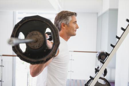 fitness men: Hombre apto Barbell de elevaci�n pesada en el gimnasio Foto de archivo