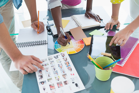 창조적 인 사무실에서 모임 데 젊은 창조적 인 팀 스톡 콘텐츠