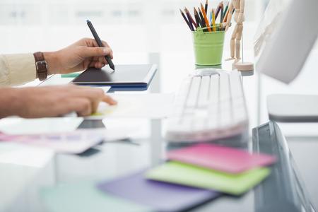 회사: 디자이너는 자신의 사무실에서 디지타이저를 사용하여 책상, 작업