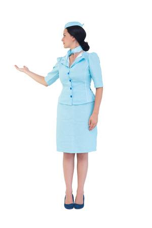 hotesse de l air: H�tesse de l'air Jolie montrant avec la main sur fond blanc