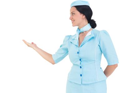 hotesse de l air: H�tesse de l'air Jolie pr�sentant avec la main sur fond blanc