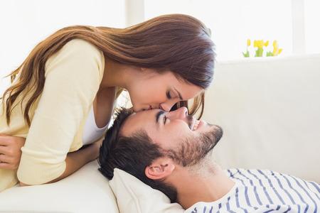 lindo: Linda pareja relajarse en el sof� en casa en la sala de estar