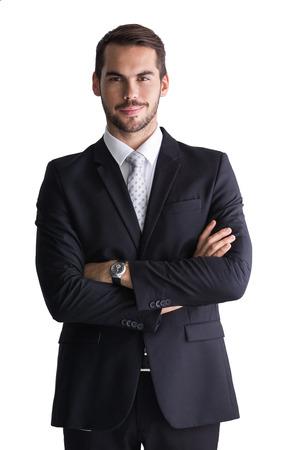 Lachend zakenman die met gekruiste armen op een witte achtergrond