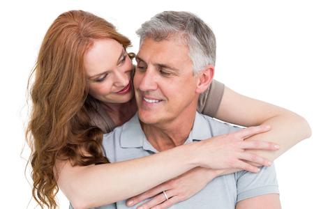 pareja casada: Abrazos pareja casual y sonriente sobre fondo blanco