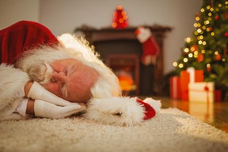 arbol de la vida: Pap� Noel que se reclinan sobre la alfombra en casa, en la sala de estar