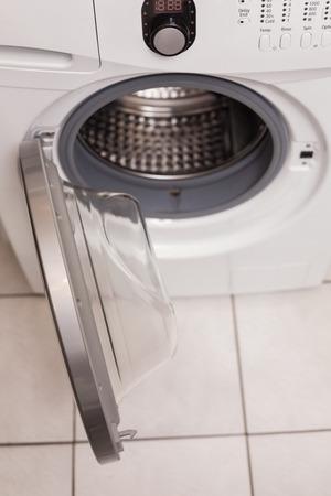 lavadora con ropa: Vista de �ngulo alto de la lavadora en la cocina Foto de archivo