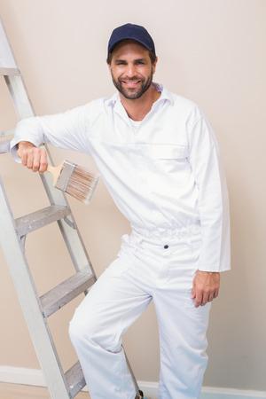 pintor de casas: Sonriendo a la c�mara en una nueva casa Pintor