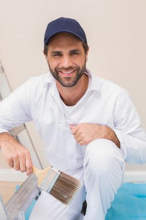 peintre en b�timent: Peintre souriant � la cam�ra dans une nouvelle maison