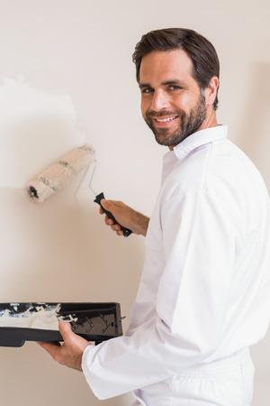 pintor de casas: Pintor de la pintura de las paredes blanco en una casa nueva