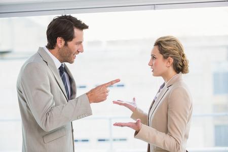 怒っている人のオフィスの彼の同僚を指して
