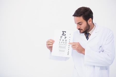 bata de laboratorio: Doctor en bata de laboratorio que muestran la prueba del ojo en el fondo blanco