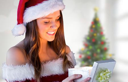 pere noel sexy: Joli cadeau de Père Noël d'ouverture fille contre l'arbre de Noël floue dans la chambre