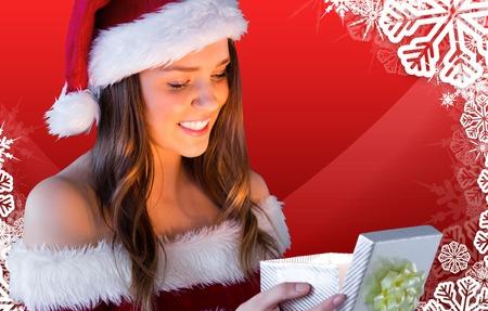 pere noel sexy: Jolie Santa Girl cadeau ouverture contre le cadre de flocon de neige sur le th�me de No�l