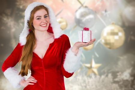 pere noel sexy: Jolie fille � santa bo�te cadeau costume de maintien fond no�l floue Banque d'images