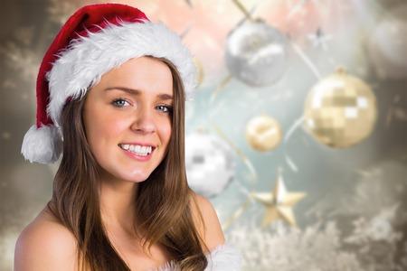 pere noel sexy: Sexy Santa Girl souriant � la cam�ra sur fond no�l floue Banque d'images