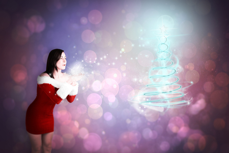 pere noel sexy: Jolie fille à santa tenue soufflant contre conception abstraite spot de lumière violette