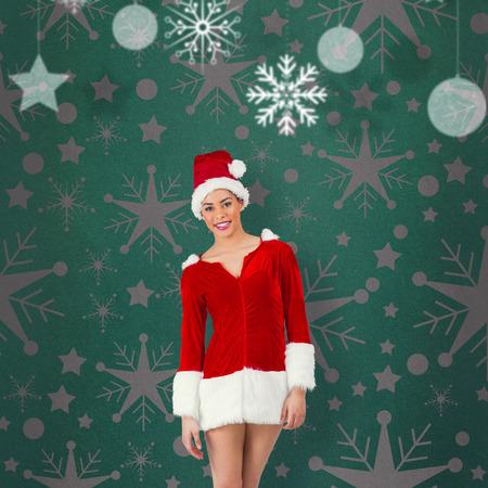 pere noel sexy: Jolie Santa Girl souriant � la cam�ra contre la vignette verte
