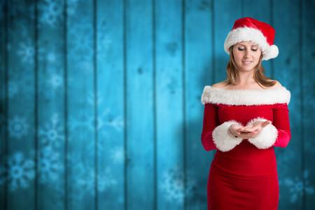 pere noel sexy: Jolie fille à santa tenue contre les flocons de neige floue sur des planches