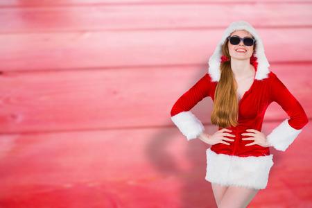 pere noel sexy: Santa Girl lunettes de soleil cool contre planches de bois floues Banque d'images