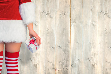 pere noel sexy: Jolie fille � Santa tenue cadeau tenant contre planches de bois p�les