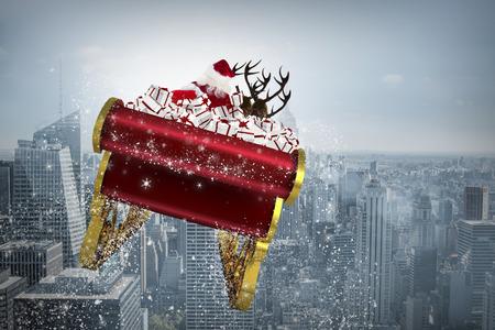 Kerstman die zijn slee tegen stadslandschap Stockfoto