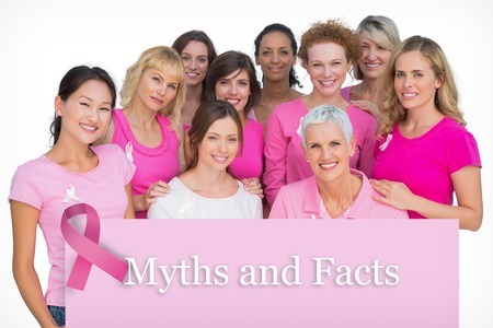 mujer desnuda sentada: Mujeres alegres voluntarias posando y llevando el rosa para el c�ncer de mama en contra de la tarjeta rosa