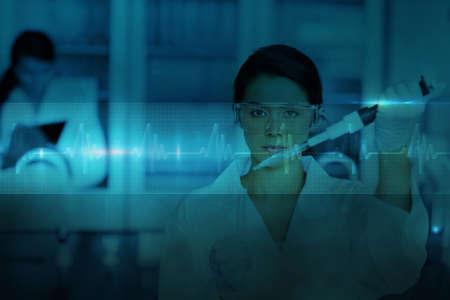 bata de laboratorio: Qu�mico serio que trabaja con gran pipeta y tubo de ensayo contra la l�nea ecg en azul y negro