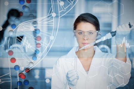 genetica: Chimico serio che lavora con il bianco elica dna schema inteface contro elica del DNA in blu e rosso con la linea ecg