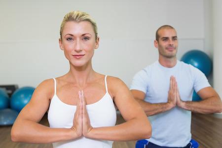 manos unidas: Retrato de una pareja joven deportiva con las manos juntas en el gimnasio Foto de archivo