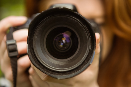 Close-up van vrouwelijke fotograaf in het park Stockfoto