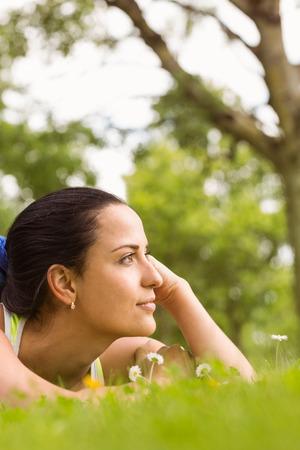 forme: Fit brune mensonge et la réflexion sur l'herbe dans le parc