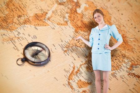 hotesse avion: H�tesse de l'air Jolie pr�sentant avec la main contre la carte du monde avec boussole montrant l'Asie du Sud
