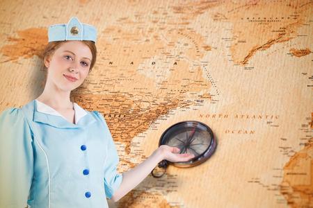 hotesse avion: H�tesse de l'air Jolie pr�sentant main contre carte du monde avec boussole montrant l'am�rique du nord