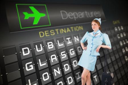 hotesse avion: Jolie h�tesse de l'air en se appuyant sur une valise contre les d�parts noir planche pour les villes