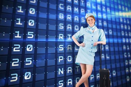 hotesse avion: Jolie h�tesse de l'air souriant � la cam�ra contre les d�parts bleus conseil pour les grandes villes d'Am�rique du Sud