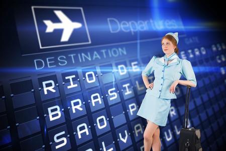hotesse avion: Jolie h�tesse de l'air en se appuyant sur une valise contre les d�parts bleu bord pour l'Am�rique du Sud