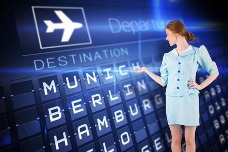 hotesse de l air: H�tesse de l'air Jolie pr�sentant main contre d�parts bleu bord pour villes allemandes Banque d'images
